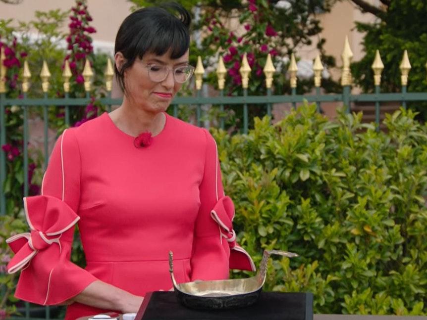 Expertin Heide Rezepa-Zabel begutachtet einen Kovsh, ein russisches Trinkgefäß.