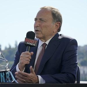 Gary Bettman, Kommisar der nordamerikanischen Eishockeyliga National Hockey League, spricht bei einer Pressekonferenz neben einem NHL-Eishockey-Torwarthelm der Seattle Kraken.