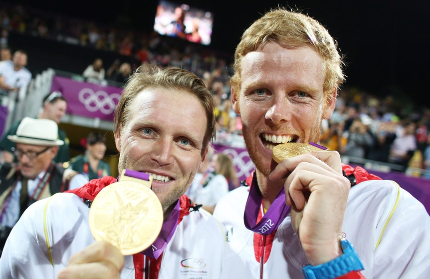 Julius Brink (l.) und Jonas Reckermann zeigen nach Olympia-Gold 2012 in London ihre Medaillen.