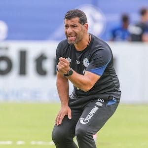 Dimitrios Grammozis leitet das Training von Schalke 04 im Trainingslager.