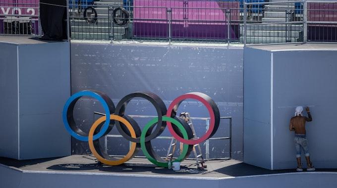 Helfer treffen letzte Vorbereitungen vor der Olympia-Eröffnungsfeier in Tokio.