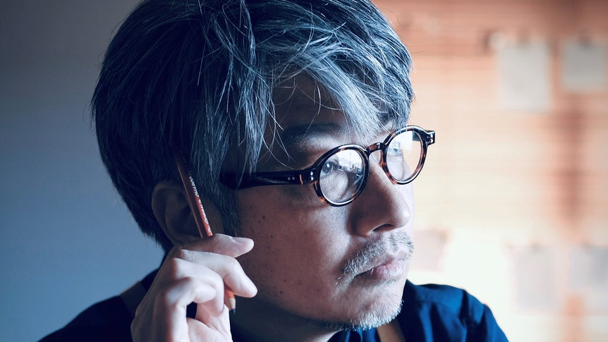 Kentaro Kobayashi grübelt und kratzt sich mit einem Stift am Kopf.