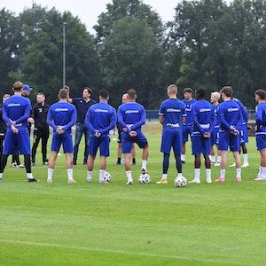 Die Mannschaft des MSV Duisburg bildet im Training einen Kreis.
