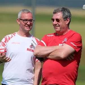 Alexander Wehrle spricht mit Werner Wolf im Trainingslager des 1. FC Köln.