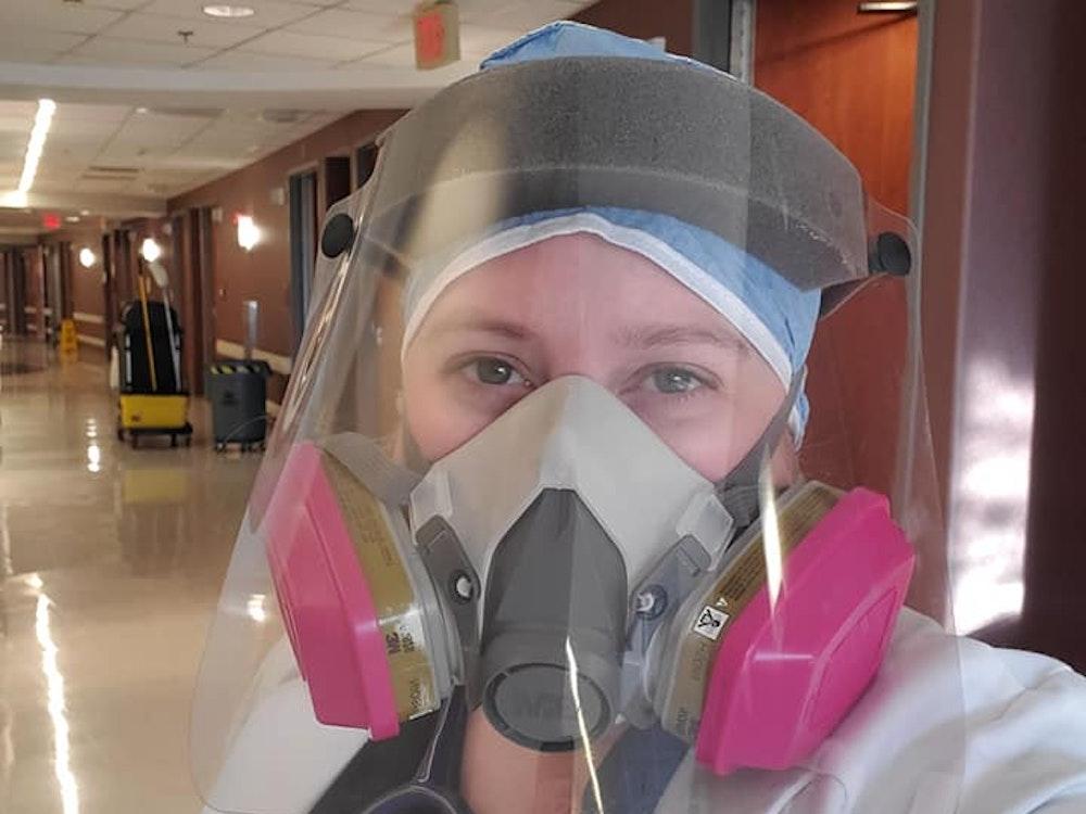Die Medizinerin Brytney Cobia auf einem Selfie mit Maske und Visier.