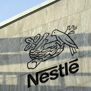 Das Logo des Nahrungsmittelkonzerns Nestlé am Hauptsitz des Unternehmens in Vevey (Schweiz) am 14.02.2013.