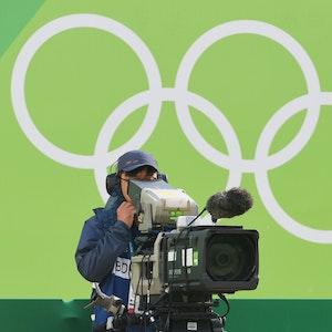 Ein Kameramann filmt bei Olympia 2016 das Achtelfinale im Bogenschießen.