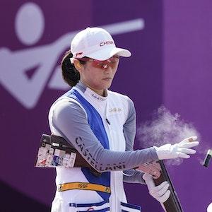 Meng Wei aus China entfernt zwei Patronen nach ihrem Olympia-Einsatz im Schießen.
