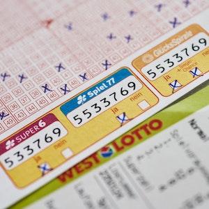 Das Symbolfoto zeigt einen Lottoschein.