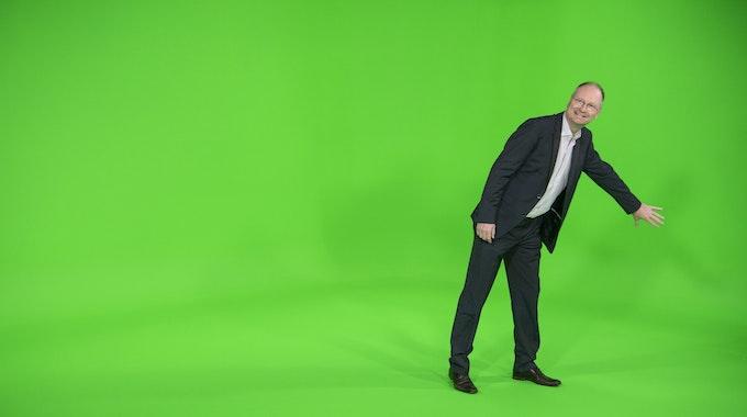 Sven Plöger, Wetter-Moderator der ARD, steht im TV-Studio des neuen ARD-Wetterkompetenzzentrum beim Hessischen Rundfunk.