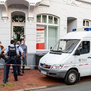 Nach dem mysteriösen Todesfall in einem Treppenhaus in Lüdenscheid hat die Mordkommission Ermittlungen aufgenommen.