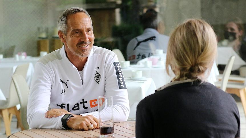 Gladbach-Trainer Adi Hütter im Gespräch mit GladbachLIVE-Redakteurin Judith Malter im Trainingslager der Fohlenelf in Harsewinkel-Marienfeld am 20. Juli 2021.