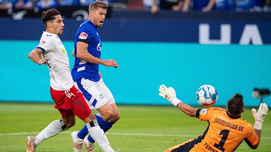 Simon Terodde schießt an HSV-Torhüter Benedikt Heuer Fernandes vorbei zum 1:0 für Schalke 04 ein.