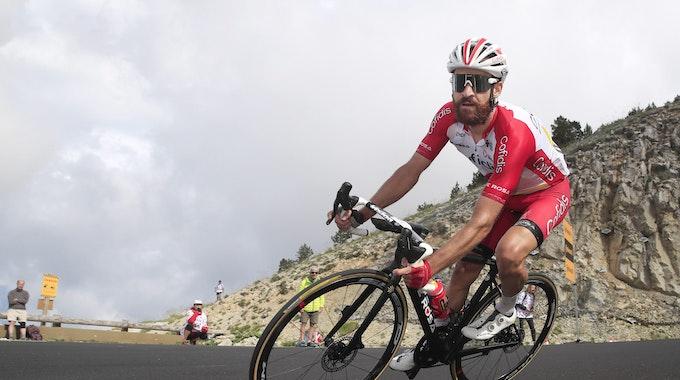 Simon Geschke fährt den Mont Ventoux hinunter.
