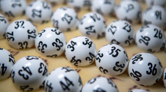 In der heutigen Lottoziehung am Samstag (24.7.21) geht es um 3 Millionen Euro. Die aktuellen Lottozahlen lesen Sie hier.