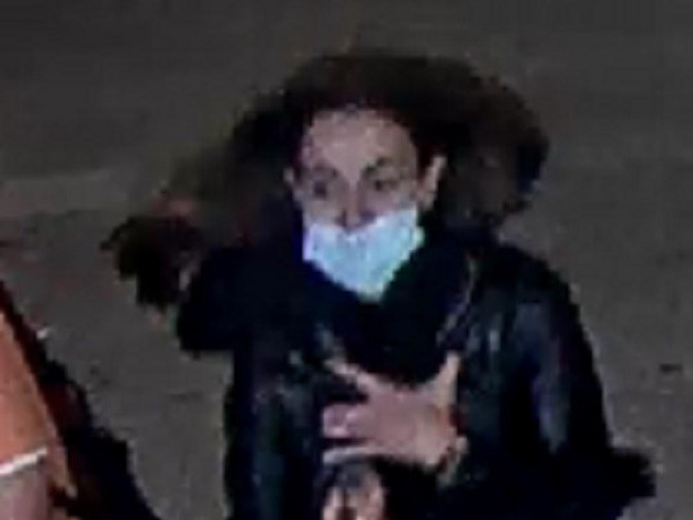 Nach einem Diebstahl im Duisburger Hauptbahnhof fahndet die Polizei nach dieser Frau.