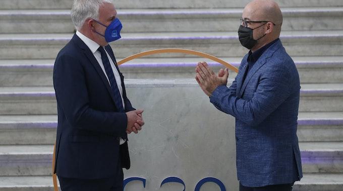 Roberto Cingolani (r), Umweltminister von Italien, begrüßt Jochen Flasbarth, Staatssekretär im Bundesumweltministerium, vor dem G20-Treffen.