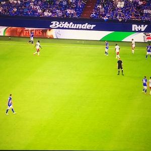 TV-Aufnahme eines Einwurfs beim Zweitliga-Spiel zwischen Schalke 04 und dem HSV.