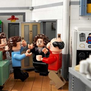 Lego Seinfeld Set, Minifiguren treffen sich an der Wohnungstür. Bild für Lego-Neuheiten im Juli 2021