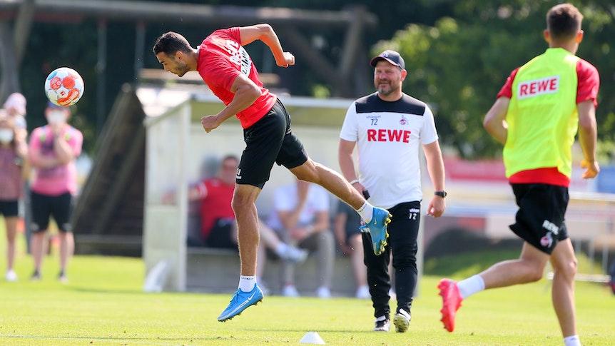 Steffen Baumgart und Ellyes Skhiri im Trainingslager des 1. FC Köln.