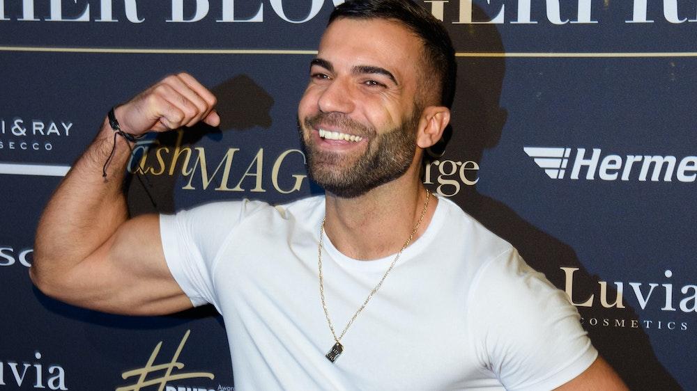 Rafi Rachek posiert auf dem roten Teppich und zeigt seine Muskeln
