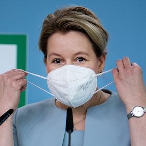 """Franziska Giffey (SPD) setzt zu Beginn einer Pressekonferenz zur Vorstellung des neunten Familienberichts mit dem Titel """"Eltern sein in Deutschland"""" ihre FFP2-Maske ab."""