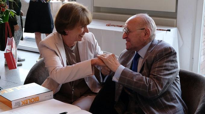 Alfred Biolek reicht Kölns Oberbürgermeisterin Henriette Reker bei der Eintragung ins Gästebuch im Historischen Rathaus der Domstadt die Hand.