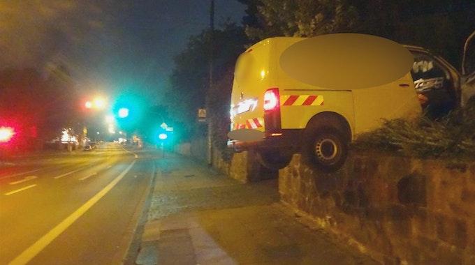 Der Transporter ist bei dem Unfall in Witten auf einer Mauer hängen geblieben.