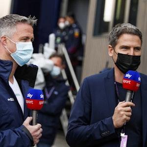 Ralf Schumacher hält in seiner TV-Schalte das Mikrofon von Sky in der Hand.