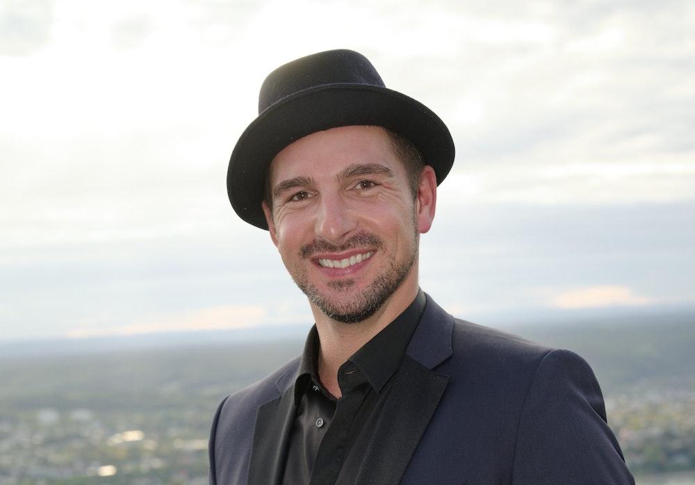 Schauspieler Benjamin Piwko posiert mit Hut bei der Wiedereröffnung des Hotels Petersberg im September 2019.