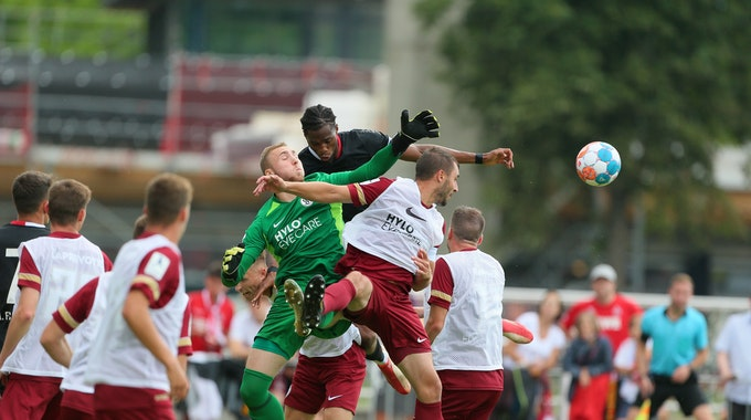 Kingsley Ehizibue vom 1. FC Köln köpft den Ball aufs Tor