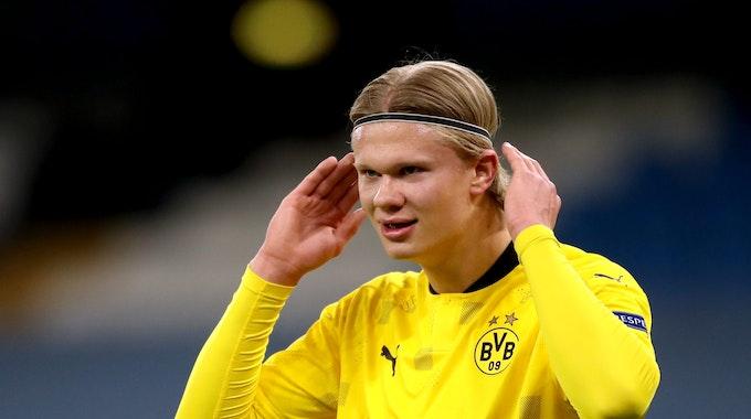 Erling Haaland richtet sein Haarband im Spiel gegen Manchester City