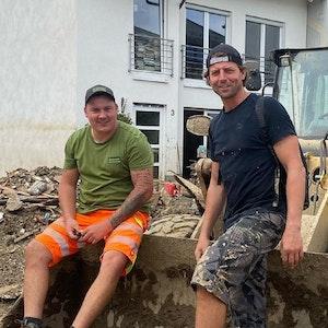 Ex-BVB-Keeper Roman Weidenfeller vor einem Bagger im Landkreis Ahrweiler
