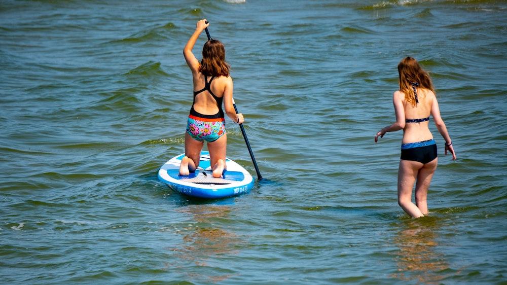 Zwei junge Frauen kühlen sich am 22.07.2021 im Seebad Lubmin in der Ostsee ab.