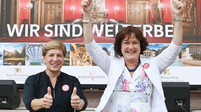 Margret Mergen (r, CDU), Oberbürgermeisterin von Baden-Baden, und Nicole Razavi (CDU), baden-württembergische Ministerin für Landesentwicklung bei einem Public Viewing zur Entscheidung des Unesco-Welterbekomitees.