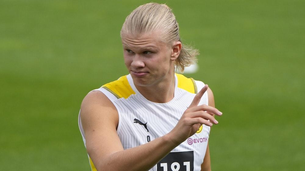 Erling Haaland hebt im Training bei Borussia Dortmund den Finger.