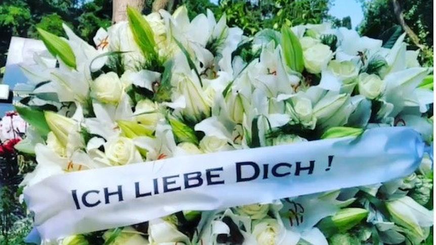 Ein Bukett aus weißen Blumen hat Jasmin Herren zum 3. Hochzeitstag von ihr und Willi Herren (†45) auf Herrens Grab in Köln niedergelegt.