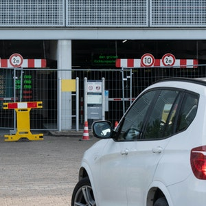 Ein PKW wendet vor einem abgesperrten Parkhaus am Flughafen Münster Osnabrück.