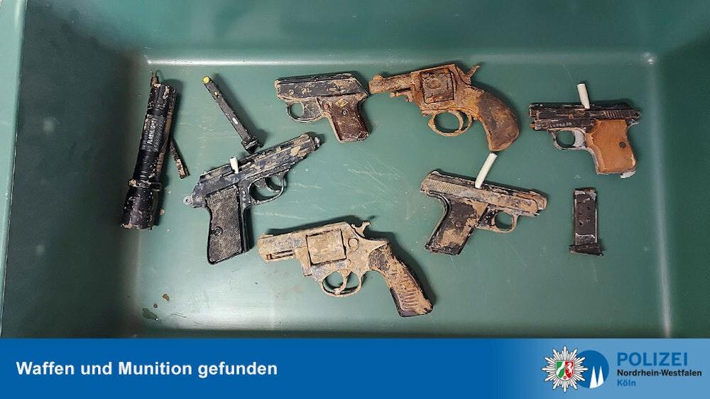 Waffen, die im Katastrophengebiet in den Kreisen Euskirchen und Rhein-Sieg gefunden wurden.