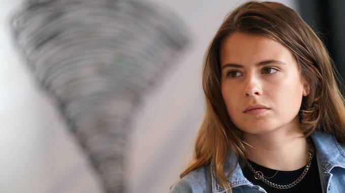 Klima-Aktivistin Luisa Neubauer sitzt während einer Pressekonferenz des Bündnisses Fridays for Future am 23.07.2021 vor dem Symbol eines Tornados.