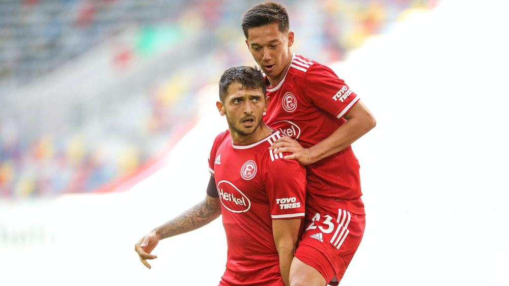 Shinta Appelkamp und Matthias Zimmermann bejubeln ein Tor von Fortuna Düsseldorf.