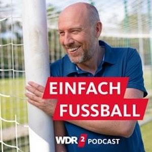 WDR-Moderator Sven Pistor an einem Fußballtor