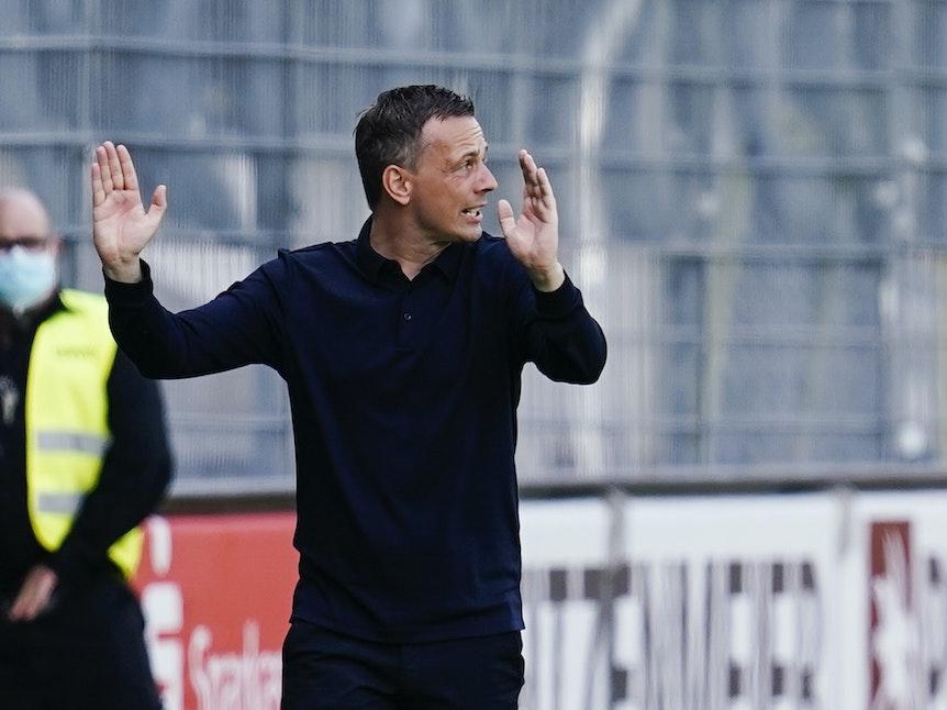 Fußball: 2. Bundesliga, SV Sandhausen - Fortuna Düsseldorf, 1. Spieltag, Hardtwaldstadion. Düsseldorfs Trainer Christian Preußer gestikuliert. +++ dpa-Bildfunk +++