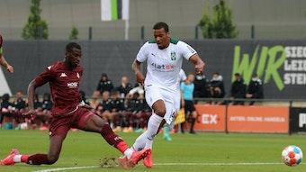 Gladbach-Stürmer Alassane Plea im Duell mit Kiki Kouyaté vom FC Metz.