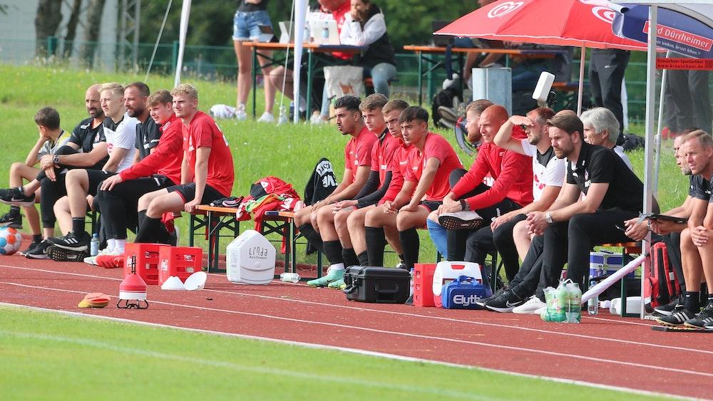 Spieler des 1. FC Köln sitzen im Testspiel gegen den SV Elversberg auf der Bank.