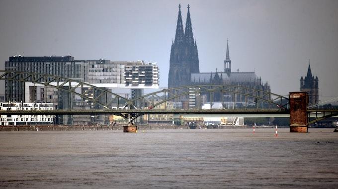 Blick über den Rhein auf Dom und Kranhäuser.