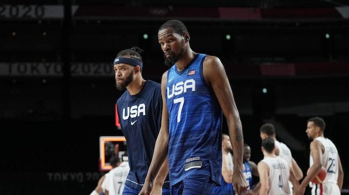 Kevin Durant verlässt den Court nach der Niederlage gegen Frankreich sichtlich enttäuscht.