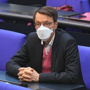 Karl Lauterbach (SPD), Gesundheitsexperte, nimmt der Sitzung des Bundestags teil.