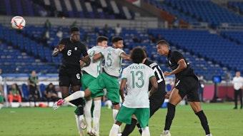 Felix Uduokhai (r.) köpft das Tor zum 3:2 gegen Saudi-Arabien.