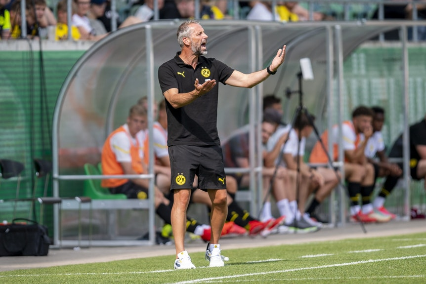 BVB-Trainer Marco Rose gibt Anweisungen während dem Testspiel.